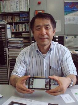 電子情報通信工学科 坂本教授が手にするのは画期的なブラウン管、CRT
