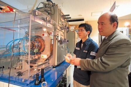 学生を指導する 電気電子工学科 宮田 俊弘 教授
