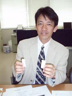 開発中の材料を示す大澤教授
