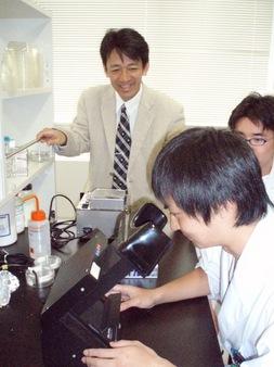 学生を指導する大澤教授