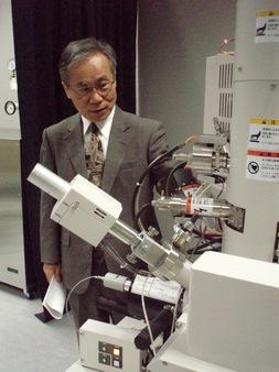 実験設備を点検する作道 教授
