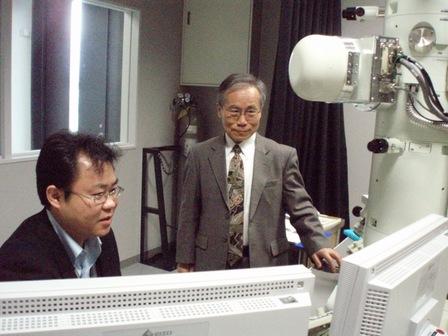 共同研究者の池永 訓昭 研究員(左)と打ち合わせをする作道 教授