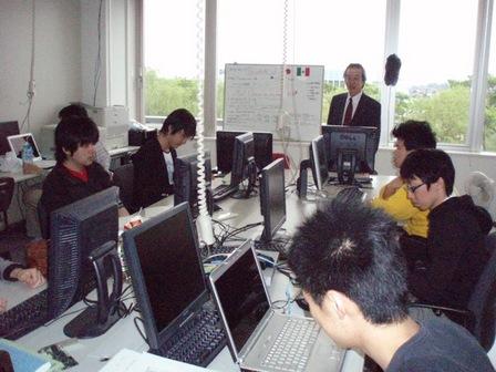 学生を指導する津田教授