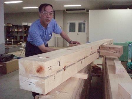 木組みについて解説する後藤教授