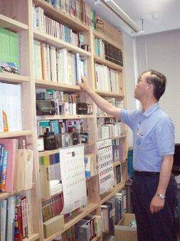研究室の本棚は立派なスギ材