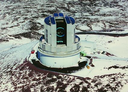 雪の中のすばる望遠鏡ドーム  提供 東京天文台
