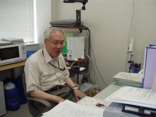 麹菌について説明する尾関教授