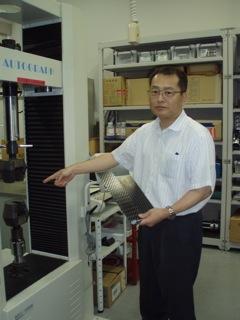 実験設備を説明する中田教授