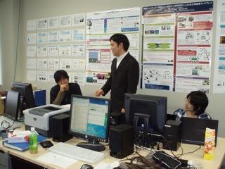 学生を指導する山本講師