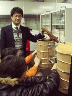 学生の実験を指導する土佐先生