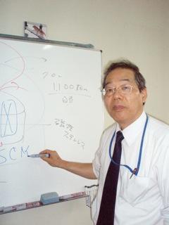 磁気分離の原理について説明する小原教授