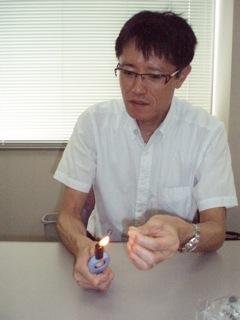 形状記憶合金のデモをする岸教授