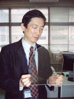 開発した電磁波シールド窓を説明する小栗教授