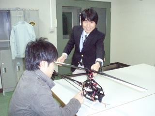 学生を指導する赤坂先生