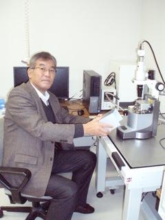 研究設備をチェックする前田先生