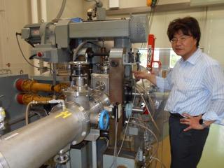実験設備を点検する瀬川先生