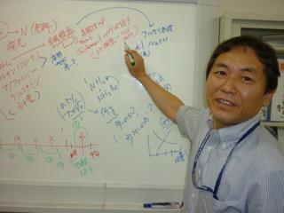 研究を説明する吉村先生
