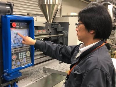 実験装置を紹介する瀬戸先生