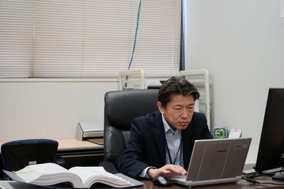 実験結果を分析する藤本先生