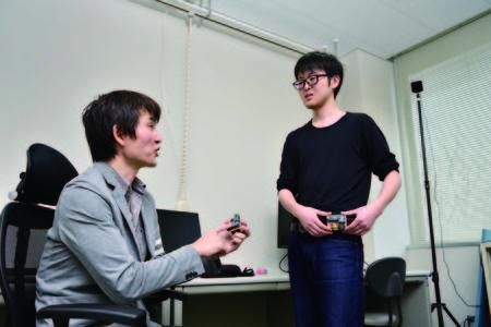 学生と一緒に実験を行う佐野先生