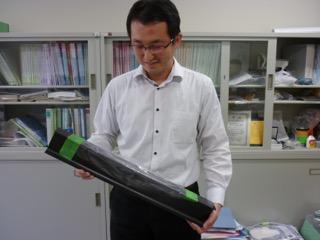 FRPの試料を手に説明する斎藤先生