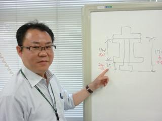 実験設備について説明する池永先生