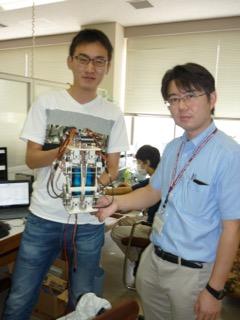 二足歩行ロボットを学生と点検