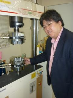 実験設備をチェックする田中先生