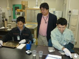 学生の実験を指導する田中先生