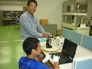 学生を指導する畝田先生