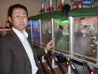 実験装置を示す柳橋先生